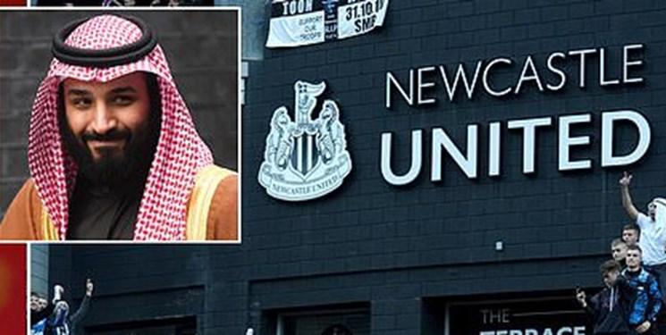 اعتراض به حضور سعودی ها در نیوکاسل با تصویری از خاشقچی و ولیعهد عربستان+عکس